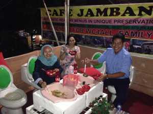 Dr. Budi Laksono di CAfe jamban. Sumber: Facebook Cafe Jamban