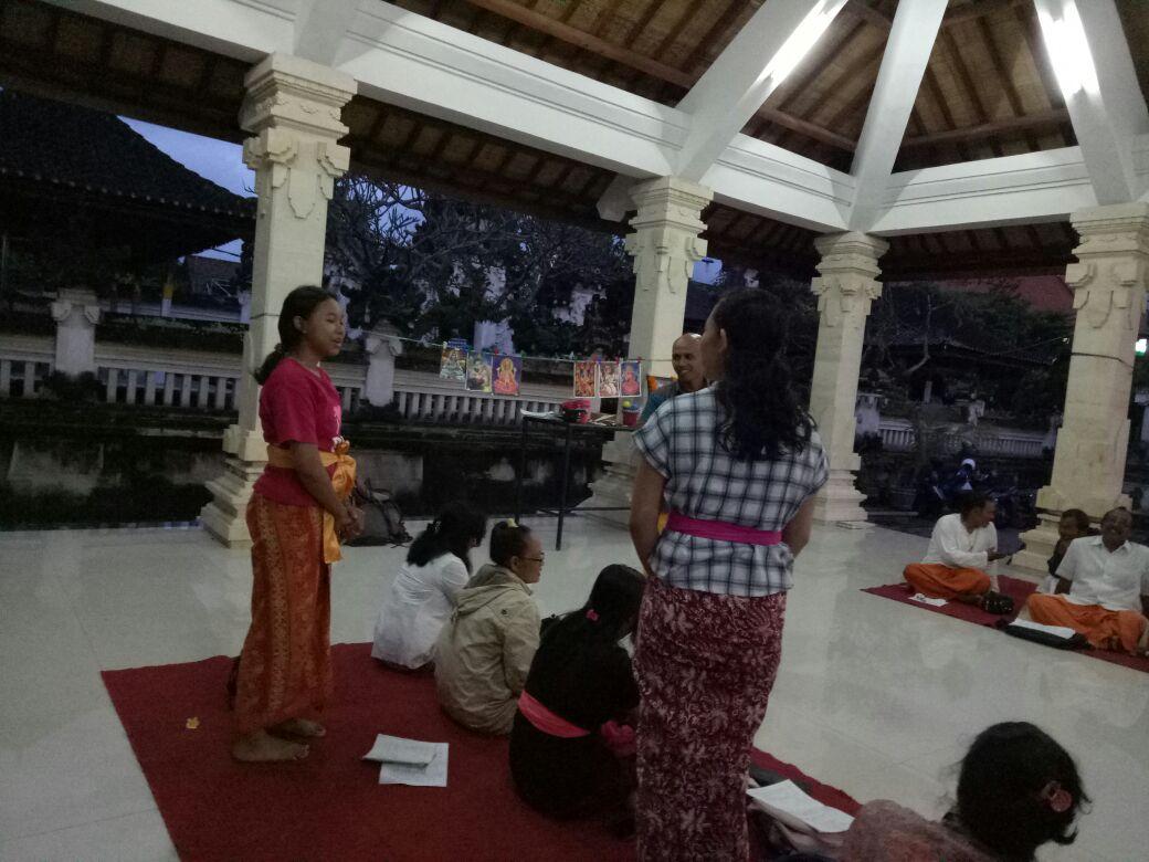 Suasana kelas di halaman Pura Jaganatha, Klungkung
