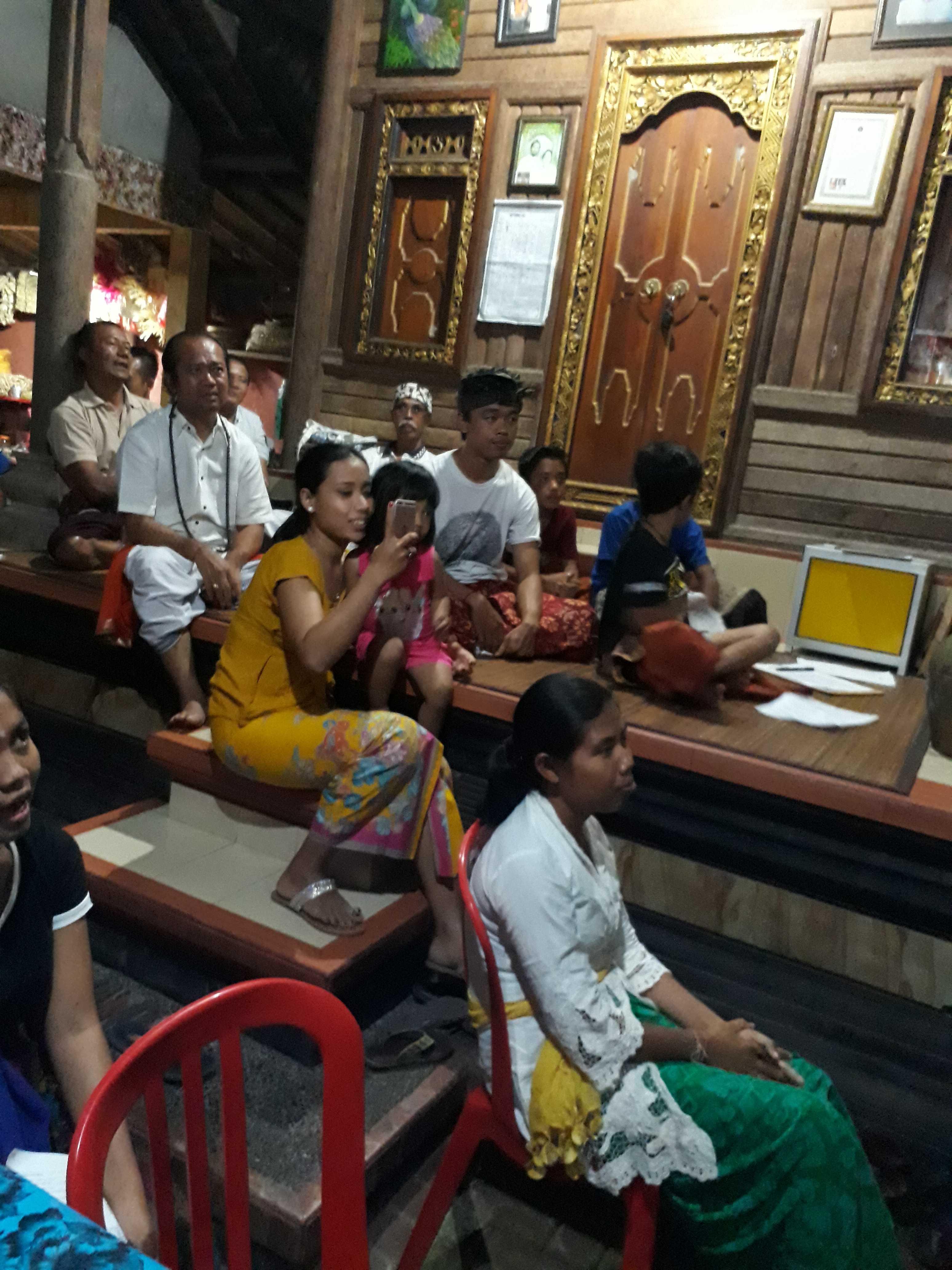 Suasana kelas Sanskerta di Rumah Sira Empu Yoga Sugata.