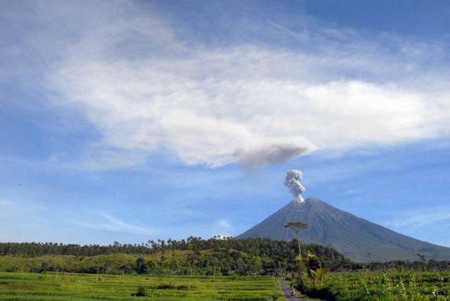 Gunung Semeru: Gunung berapi adalah karunia alam
